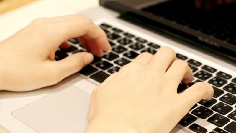 血流障害をを引き起こす生活習慣③長時間のパソコンやスマホなどによる固定した姿勢